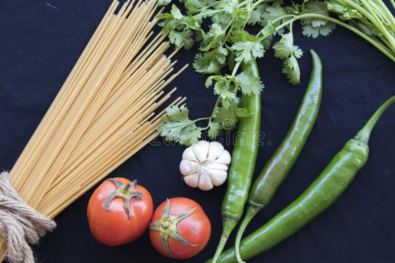 Высушенные спагетти варя ингридиенты с свежим овощем стоковые изображения rf