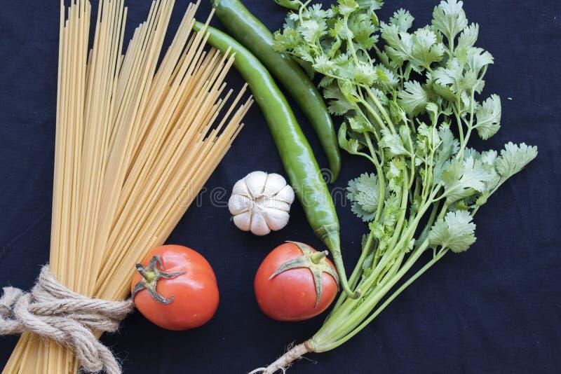 Высушенные спагетти варя ингридиенты с свежим овощем стоковые фото