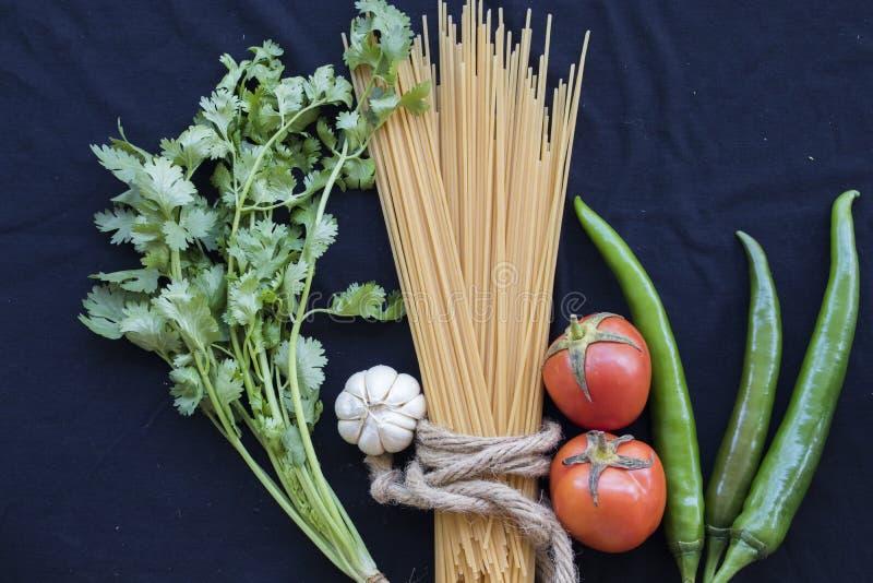 Высушенные спагетти варя ингридиенты с свежим овощем стоковая фотография