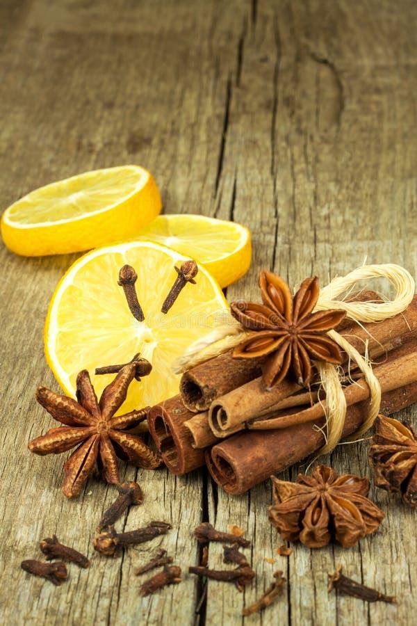 Высушенные травы и приправа Звезда анисовки, ручек циннамона и гвоздичных деревьев лежа на деревянном столе, приправляющ для вари стоковые фото