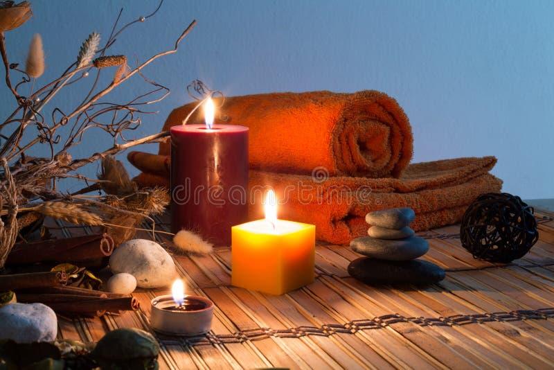 Высушенные цветки, свечи - апельсин стоковая фотография rf