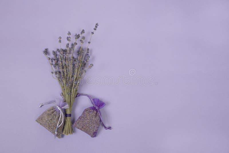 Высушенные цветки lavander и саше лаванды на лаванде покрасили предпосылку стоковые изображения