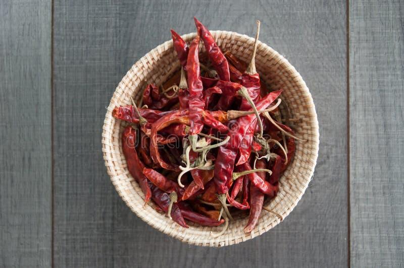 Высушенный красный chili в weave корзины стоковые фотографии rf