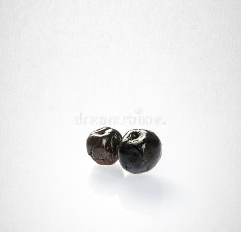 Высушенный сохраненные или черные сливы на предпосылке стоковая фотография rf