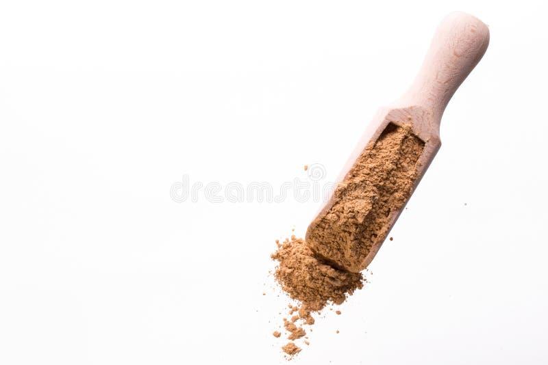 Высушите желтую маску глины для стороны и тело в деревянной ложке белизна изолированная веником стоковые фотографии rf