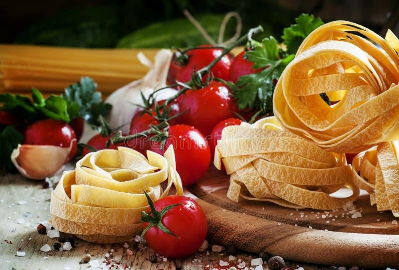 Высушите итальянский fettuccine в форме гнезд, томат макаронных изделий вишни стоковая фотография rf