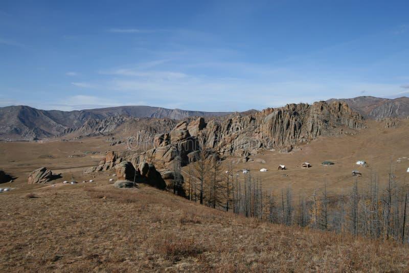 Высушите ландшафт утесов и деревьев, Монголии стоковая фотография