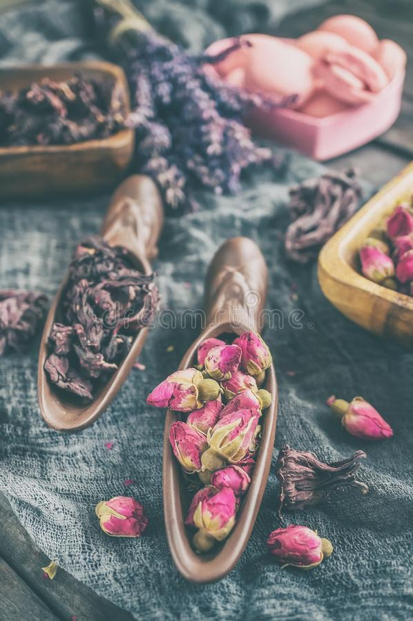 Высушите розовые бутоны для чая и высушенные и высушенные в сахаре гибискуса Китайский чай от Юньнань Bi Lo Chun стоковое фото rf
