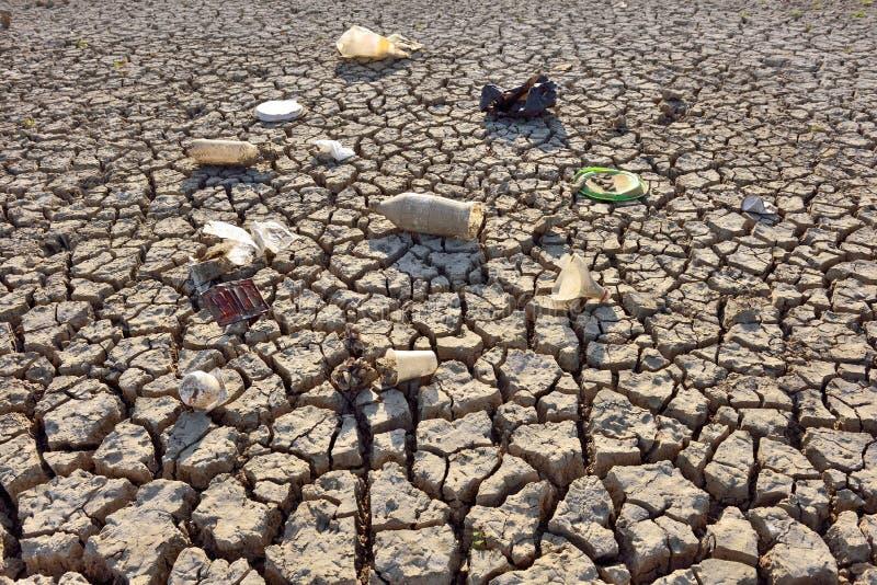 Высушите треснутую землю - засуху стоковая фотография rf