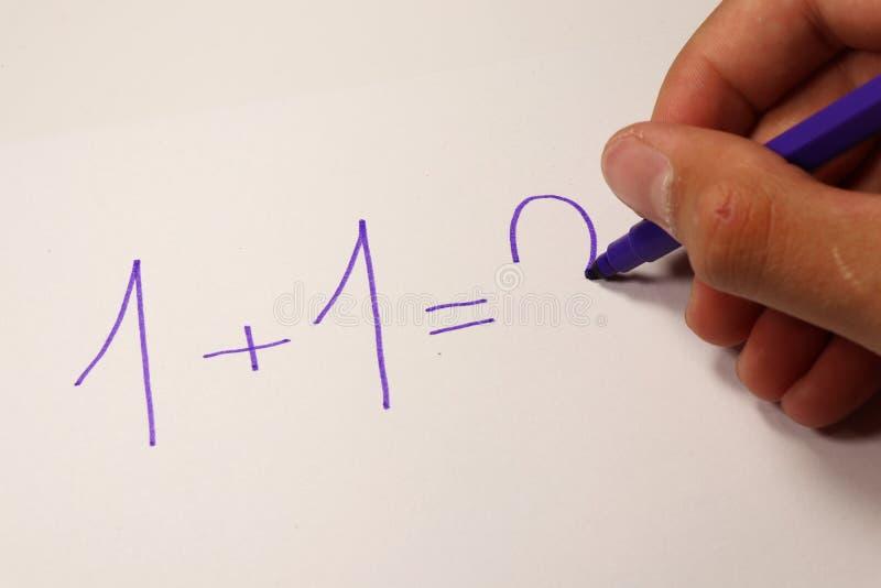 Высчитывать с номерами в уроке математики задняя школа к школа учебного прочесса элементарных exellent девушок мальчика ленивая стоковое изображение rf