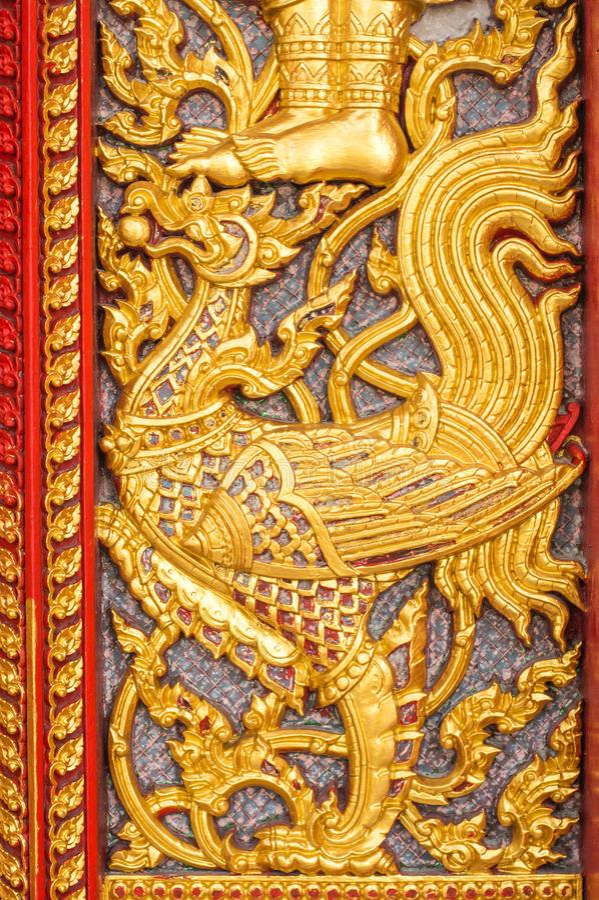 вытравливание на тайской двери церков виска стоковые фотографии rf