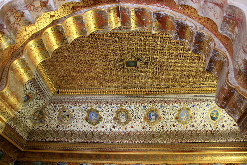 Вытравливание крыши и картина золота стоковое изображение