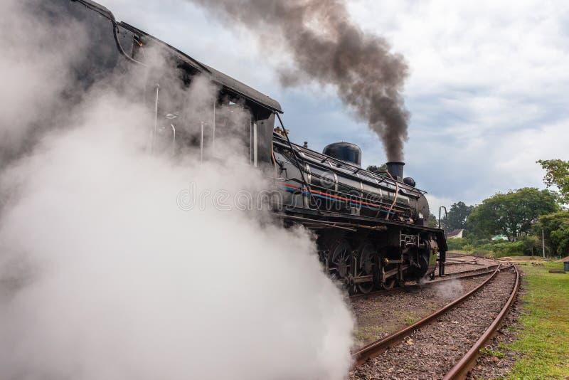 Вытыхания крупного плана поезда пара локомотивные стоковые фото