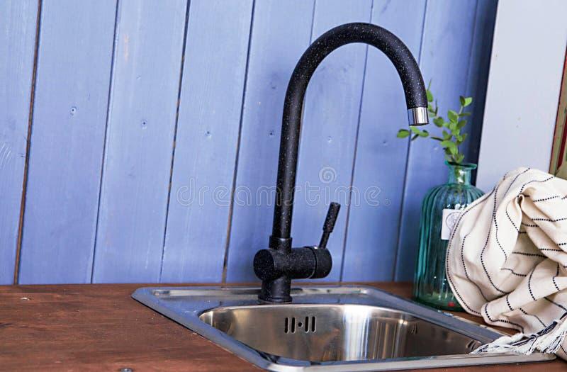 Вытягивайте шею в кухне на голубой деревянной предпосылке стены стоковое фото