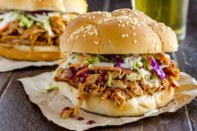 Вытягиванные барбекю сандвичи свинины стоковые фотографии rf