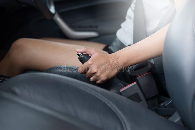 Вытягивать тормоз руки внутри автомобиля стоковая фотография