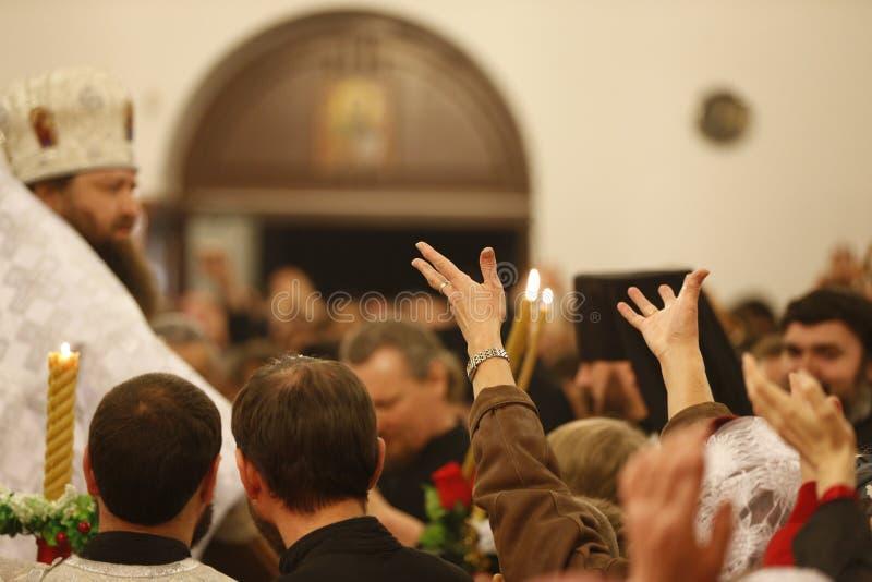 Вытяните ваши руки к богу Просить бог помощь стоковые фото