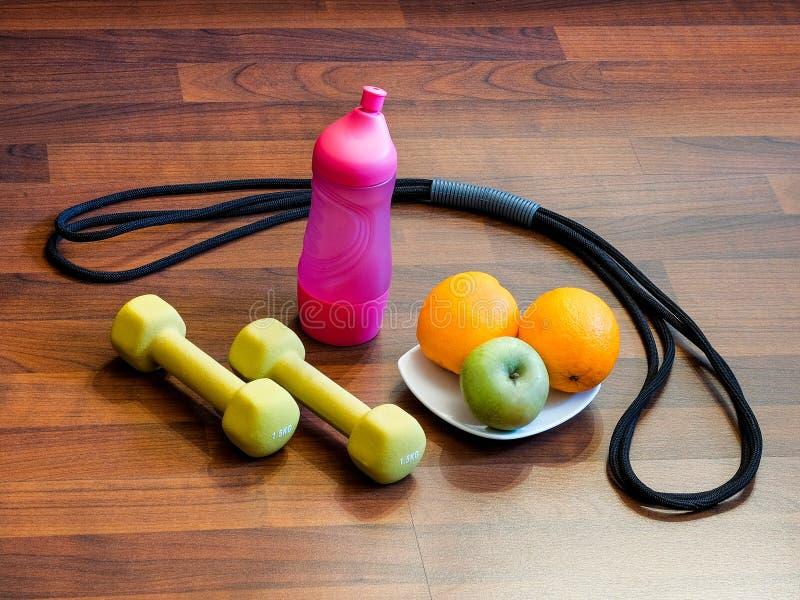 Выучите жить гантели здорового †образа жизни «, детандер, вода, плодоовощи стоковые фото