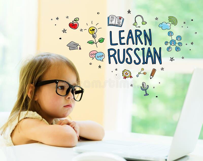Выучите русский текст с маленькой девочкой стоковая фотография