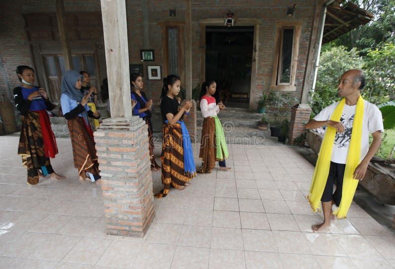 Выучите танец Javanese стоковые фото