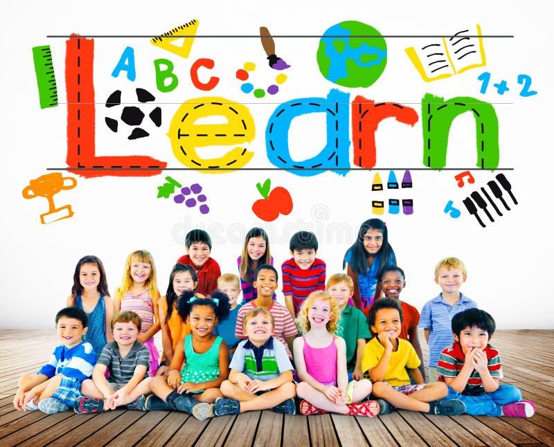 Выучите учить концепцию ребенка школьного возраста знания исследования стоковые фото