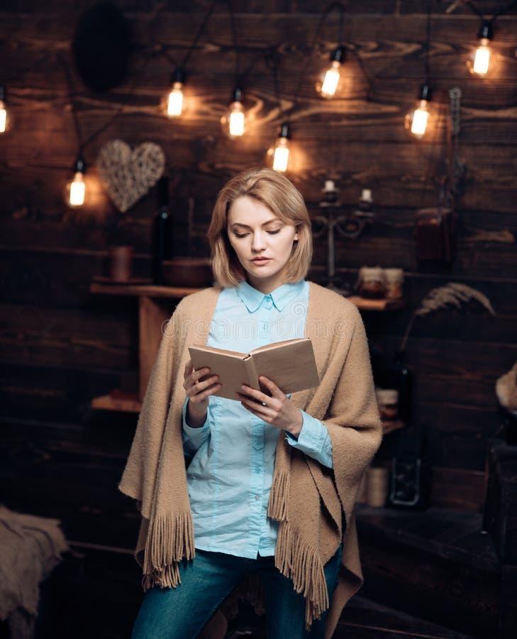 выучьте время к Студент получает знание от книги Знание и понимание прочитанного ключи к грамотности милая женщина стоковое фото rf
