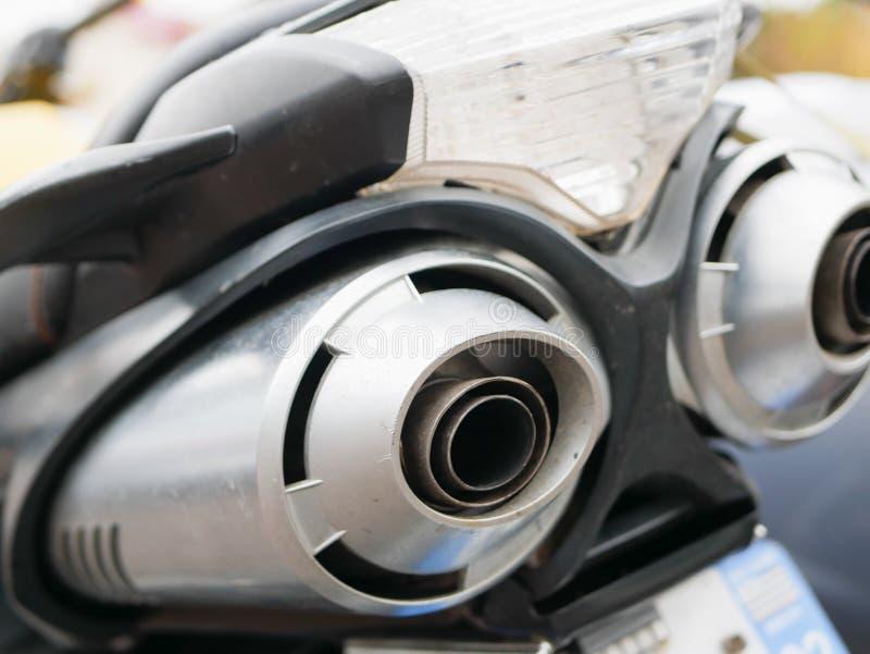 Выхлопная труба мотоцикла Шум мотоциклов задний вид классических мотоциклов пары выхлопных хромовых труб выборочного фокуса стоковые фото