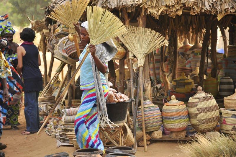 выходите женщин вышед на рынок на рынок Сенегала стоковые изображения rf