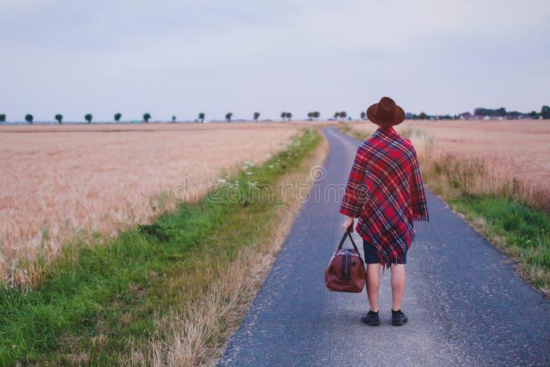 Выходящ домой, битник идя на дорогу, отключение путешественника лета стоковые фотографии rf