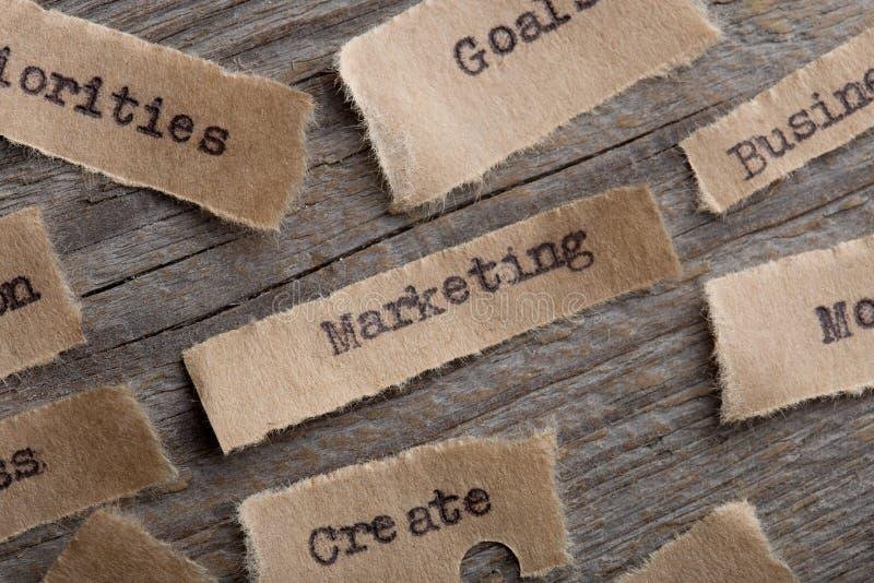 Выходящ на рынок - слово на конце куска бумаги вверх, концепция мотивации дела творческая стоковые фото