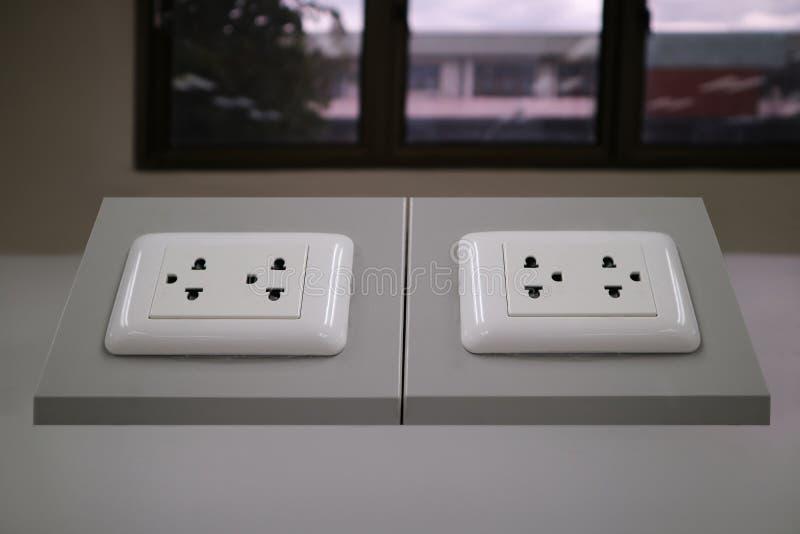 выход 3-pin на офисе таблицы стоковые фотографии rf