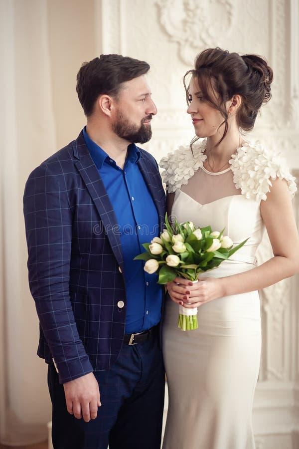 Выхольте в голубых рубашке и куртке в клетке Невеста с тюльпанами стоковое изображение