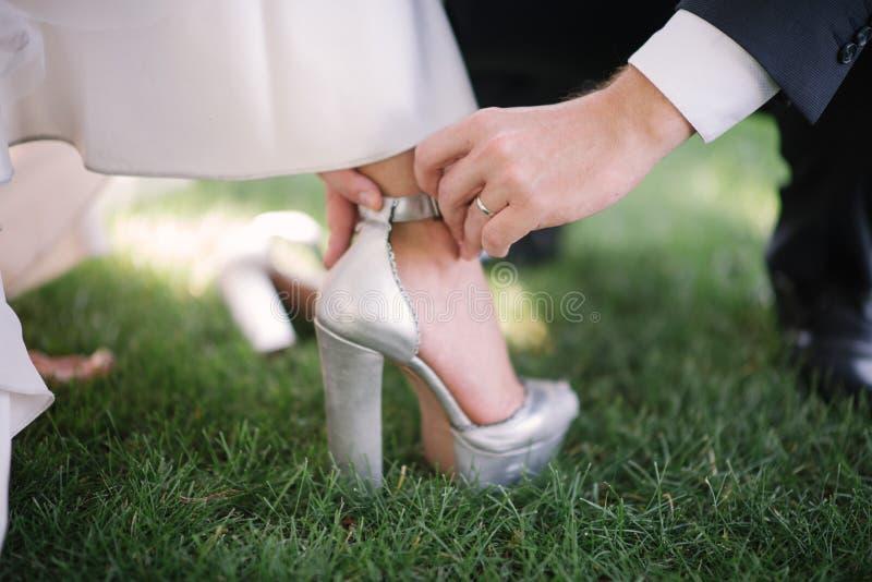 Выхольте кладет невесту на ботинок конца-вверх ноги стоковая фотография rf