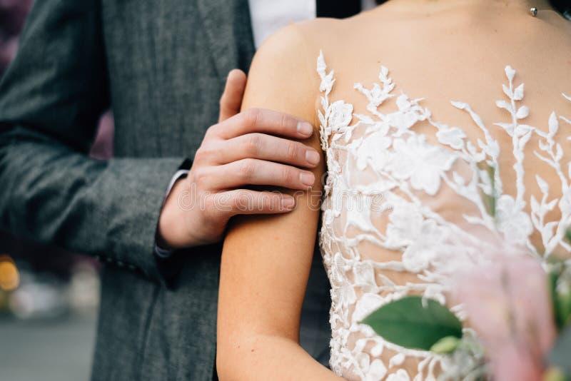 Выхольте нежно штрихует невесту r стоковое фото
