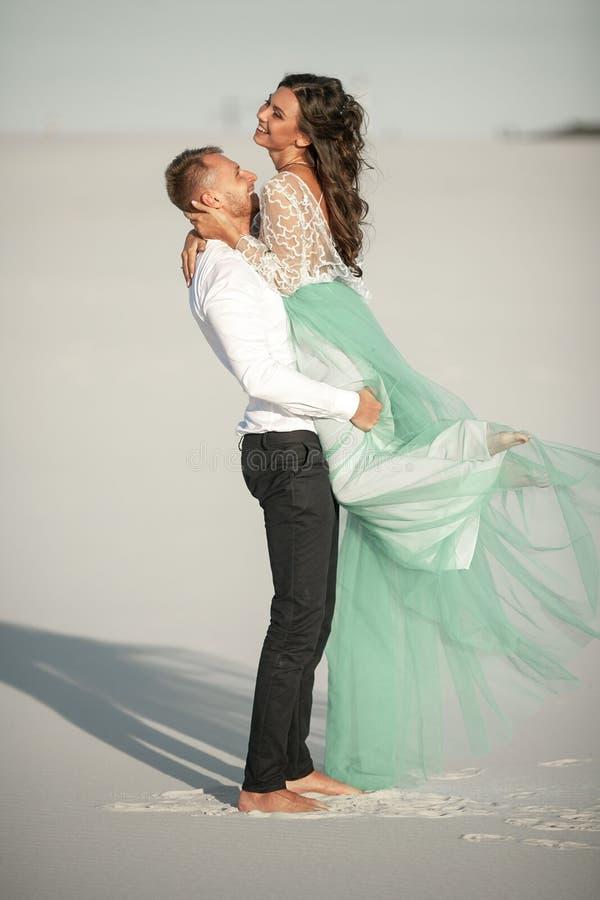 Выхольте поднял его невесту в его оружиях и обняло ее стоковое фото rf