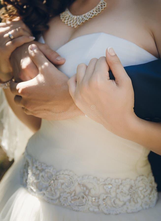 Выхольте руку невесты объятий стоковое изображение rf