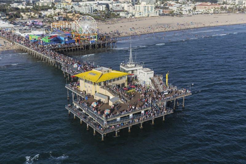 Выходные лета пристани Санта-Моника толпятся антенна стоковые изображения