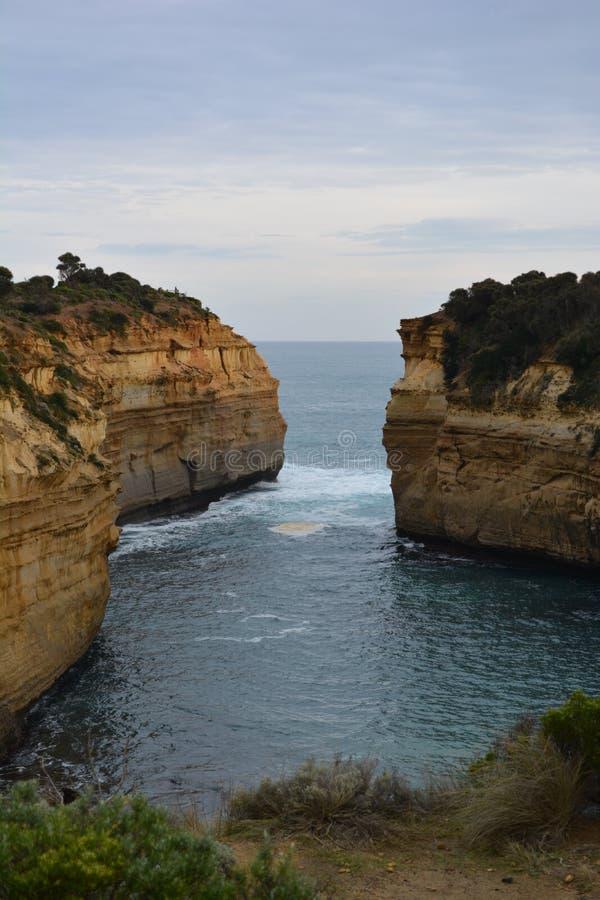 Выход скалы на поверхность в океане стоковое изображение rf