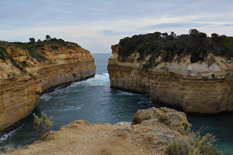 Выход скалы на поверхность в океане стоковая фотография rf