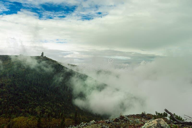 Выход скалы на поверхность, штендеры Амура стоковое изображение