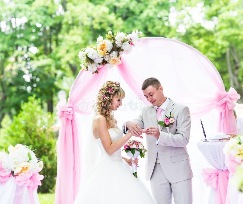Выхольте установку кольца на палец невесты во время свадебной церемонии стоковая фотография