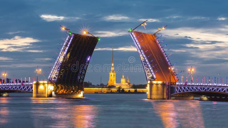 Вычерченная крепость на белой ноче, Санкт-Петербург моста и Питера и Пола дворца, Россия стоковое фото rf