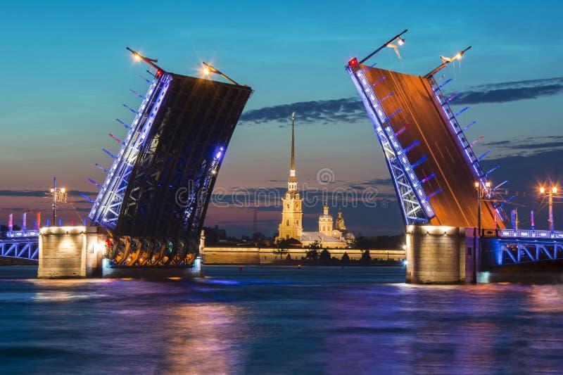 Вычерченная крепость на белой ноче, Санкт-Петербург моста и Питера и Пола дворца, Россия стоковая фотография rf