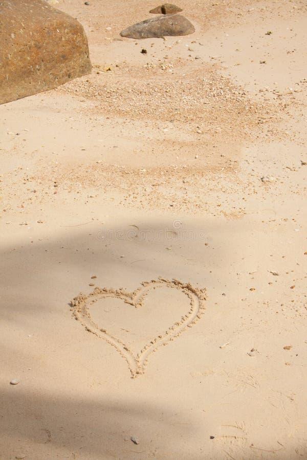 Download вычерченный песок сердца стоковое фото. изображение насчитывающей coastline - 41650490