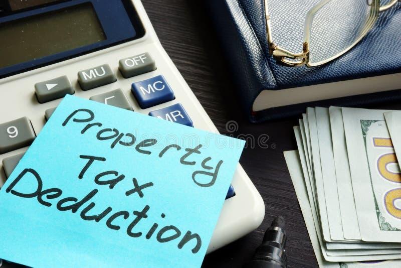 Вычет налога на собственность написанный на ярлыке стоковое изображение