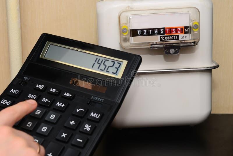 Вычисление счетов за коммунальные услуги на счетчике стоковое изображение rf