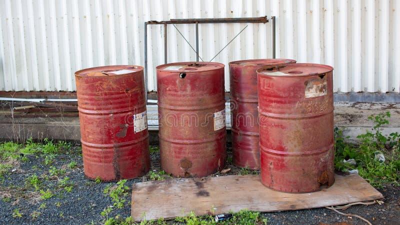 Вышедшие из употребления сброшенные въедливые барабанчики топлива стоковая фотография