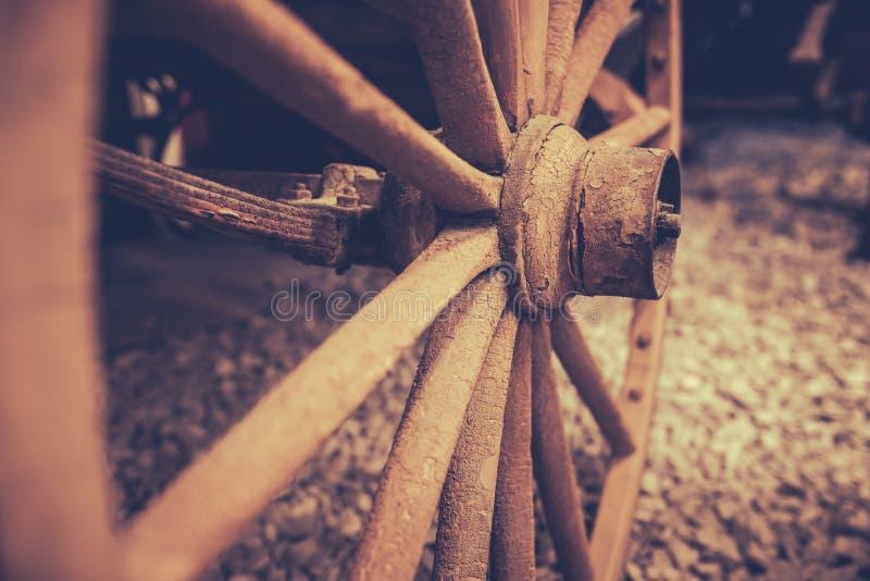 Вышедший из употребления старый крупный план колеса тележки стоковые изображения