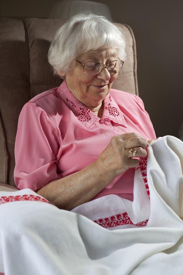 вышивая старшая женщина стоковые изображения