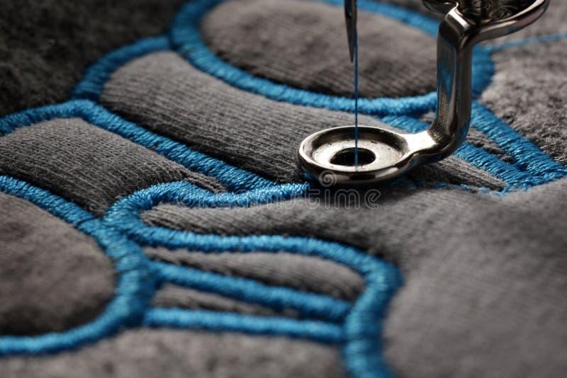 вышивка и применение с машиной вышивки - макрос стежка сатинировки прогресса стоковое фото